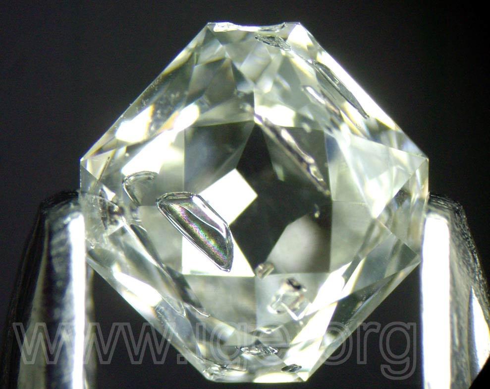 Inclusiones metálicas en un diamante sintético de fabricación rusa. Muestra Lozano Gemólogos, foto E. Gavrilenko.