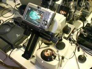"""Partes del """"Digiscoping Adapter"""" y el aspecto de la cámara montada en una lupa binocular."""