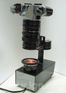 Polariscopio con cámara fotográfica acoplada.