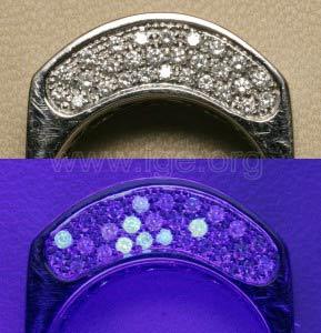 Fluorescencia de diamantes a la luz UV de onda larga. Se observan piedras inertes y piedras con fluorescencia azulada de diferentes intensidades.